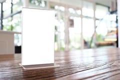 Глумитесь вверх по рамке меню стоя на деревянной таблице в кафе бар-ресторана стоковые фотографии rf