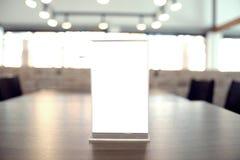 Глумитесь вверх по рамке меню стоя на деревянной таблице в кафе бар-ресторана стоковые изображения