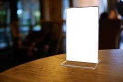 Глумитесь вверх по рамке меню стоя на деревянной таблице в кафе бар-ресторана стоковое фото rf
