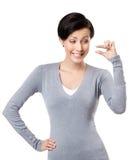 Глумясь женщина gestures небольшое количество Стоковая Фотография RF
