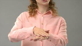 Глухая дама спрашивая знак медленный пожалуйста в asl, консультации языка для поврежденный слышать - видеоматериал