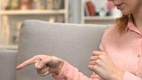 Глухая женщина вызывая друга через планшет, подписывая я скучаю по вам, онлайн сообщению видеоматериал