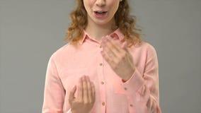 Глухая женщина говоря счастливый Новый Год в языке жестов, показывая слова в консультации asl акции видеоматериалы