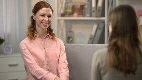 Глухая женщина спрашивая другу если она любит она, то, разговору в языке жестов, asl видеоматериал
