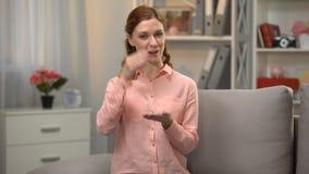 Глухое подписание дамы я знаю язык жестов, сообщение для поврежденный слышать - акции видеоматериалы