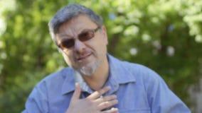 Глухой-безгласный человек показывая на руках - может ` t вы слышите, огорченный, как могу я помогаю вам акции видеоматериалы