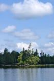 глушь озера острова дистанционная сценарная Стоковое Изображение
