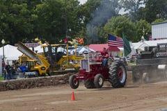 Глянцеватый красный международный вытягивать трактора Turbo Стоковые Фотографии RF