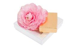 Глянцеватый подарок установленный с цветком Стоковые Фотографии RF