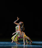 Гнать обернутый лун-деревом народный танец соотечественника ротанга- Стоковые Изображения RF