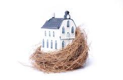 гнездй дома имущества экономии птицы реальное стоковая фотография rf