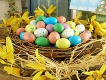 Гнездй пасхи с яичками конфеты стоковые фотографии rf