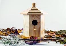 Гнездо дома птицы и изображение предпосылки листьев осени стоковое изображение