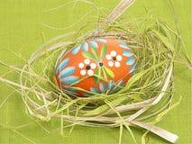гнездят пасхальное яйцо, котор Стоковая Фотография RF