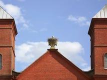 Гнездо аиста на церков предположения девой марии в Prazaroki Беларусь Стоковые Изображения