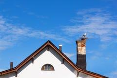 Гнездо модельного аиста на сельском доме трубки Стоковые Фото