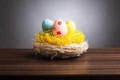 Гнездо пасхи с украшением eggs на таблице, серой предпосылке стоковые изображения rf