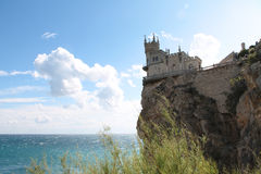 Гнездо старой ласточки замка на краю скалы над голубым морем Стоковое Изображение RF