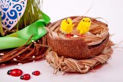 Гнездо с яичками и цыпленоками compisition пасха Стоковое Изображение RF