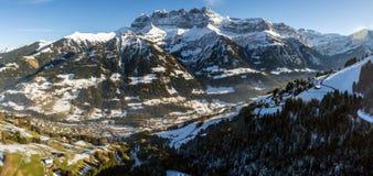 Гнет du midi обозревая Champery в Швейцарии Стоковые Изображения