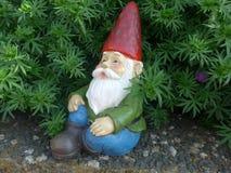 Гном сада с бородой и красной шляпой Стоковое фото RF