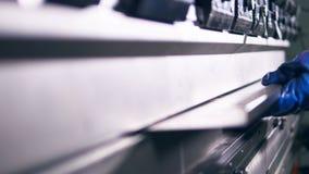 Гнуть стальной решетины машиной Конец-вверх 4K сток-видео