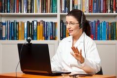 Говорить веб-камера компьютера шлемофона доктора Стоковые Фотографии RF