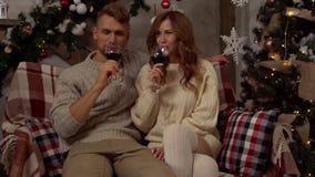 Говорить вина молодой концепции рождества пар дома совместно дома выпивая акции видеоматериалы