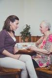 Говорить внучки и бабушки стоковая фотография rf