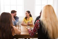 говорить встречи компьтер-книжки стола cmputer бизнесмена дела сь к использованию женщины Молодая команда в современном офисе Стоковые Изображения