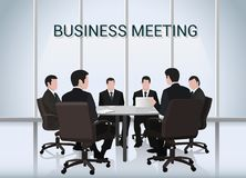 говорить встречи компьтер-книжки стола cmputer бизнесмена дела сь к использованию женщины Группа в составе бизнесмены обсуждая кр Стоковое фото RF