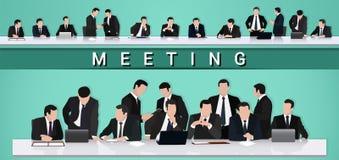 говорить встречи компьтер-книжки стола cmputer бизнесмена дела сь к использованию женщины Группа в составе бизнесмены обсуждает н Стоковое Изображение