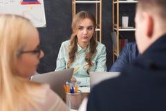 говорить встречи компьтер-книжки стола cmputer бизнесмена дела сь к использованию женщины Молодая команда в современном офисе Стоковые Фотографии RF