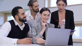 говорить встречи компьтер-книжки стола cmputer бизнесмена дела сь к использованию женщины Люди работая на компьютере в современно сток-видео