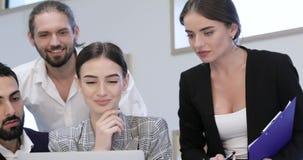 говорить встречи компьтер-книжки стола cmputer бизнесмена дела сь к использованию женщины Люди работая на компьютере в современно видеоматериал