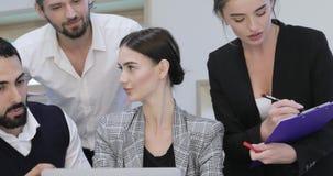 говорить встречи компьтер-книжки стола cmputer бизнесмена дела сь к использованию женщины Люди работая на компьютере в современно акции видеоматериалы
