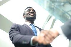 говорить встречи компьтер-книжки стола cmputer бизнесмена дела сь к использованию женщины Афро-американский бизнесмен тряся руки  стоковые фото