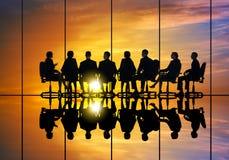 говорить встречи компьтер-книжки стола cmputer бизнесмена дела сь к использованию женщины Стоковое фото RF