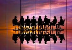 говорить встречи компьтер-книжки стола cmputer бизнесмена дела сь к использованию женщины Стоковая Фотография