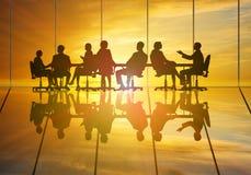 говорить встречи компьтер-книжки стола cmputer бизнесмена дела сь к использованию женщины Стоковые Фотографии RF