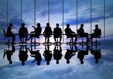говорить встречи компьтер-книжки стола cmputer бизнесмена дела сь к использованию женщины Стоковые Изображения RF