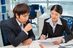говорить встречи компьтер-книжки стола cmputer бизнесмена дела сь к использованию женщины Стоковое Изображение RF