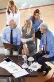 говорить встречи компьтер-книжки стола cmputer бизнесмена дела сь к использованию женщины Стоковая Фотография RF
