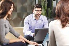 говорить встречи компьтер-книжки стола cmputer бизнесмена дела сь к использованию женщины Стоковое Изображение
