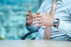 говорить встречи компьтер-книжки стола cmputer бизнесмена дела сь к использованию женщины Уверенно бизнесмен сидя на таблице на Стоковые Изображения RF