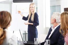 говорить встречи компьтер-книжки стола cmputer бизнесмена дела сь к использованию женщины Стоковые Изображения