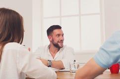 говорить встречи компьтер-книжки стола cmputer бизнесмена дела сь к использованию женщины Молодой бизнесмен битника в современном Стоковые Изображения RF