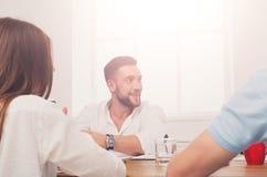 говорить встречи компьтер-книжки стола cmputer бизнесмена дела сь к использованию женщины Молодой бизнесмен битника в современном Стоковое Фото