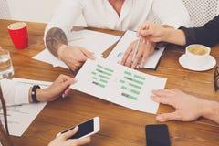 говорить встречи компьтер-книжки стола cmputer бизнесмена дела сь к использованию женщины Вручает крупный план с бумагами диаграм Стоковые Изображения RF