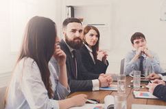 говорить встречи компьтер-книжки стола cmputer бизнесмена дела сь к использованию женщины Молодые люди в современном офисе Стоковые Изображения RF